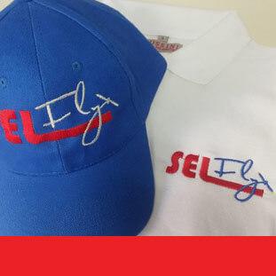 רקמת לוגו החברה על כובעים כחול וחולצה