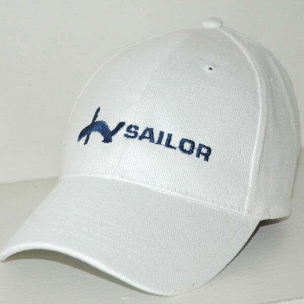 רקמת לוגו העסק על כובע לבן
