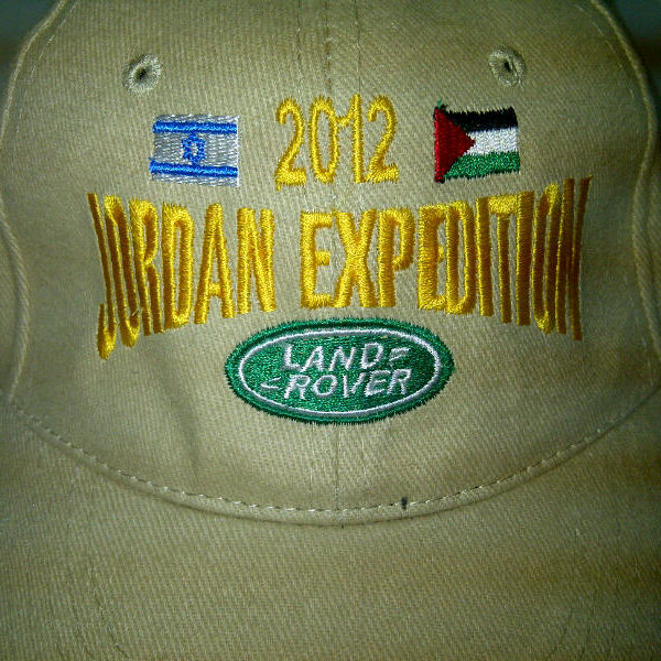 רקמה על כובע לחברת לנד רובר