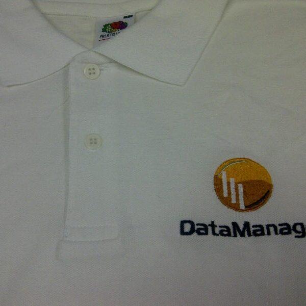 """קד""""מ ופרסום- רקמת לוגו על חולצת פולו חברת דאטה מנג"""