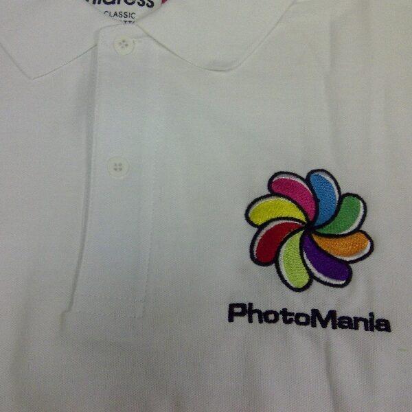 """קד""""מ ופרסום- רקמת לוגו על חולצה חברת פוטומנייה"""