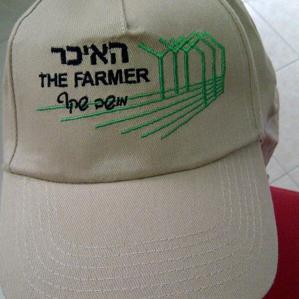רקמה על כובע האיכר