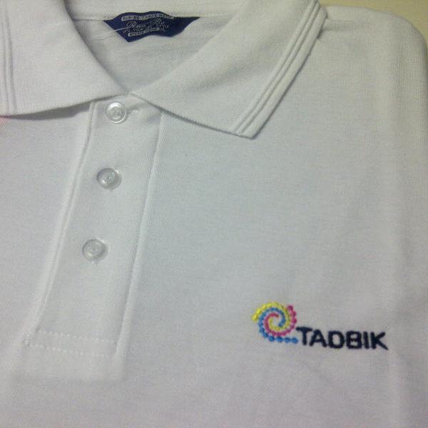 """קד""""מ ופרסום- רקמה על חולצת פולו לבנה לחברת טדבייק"""