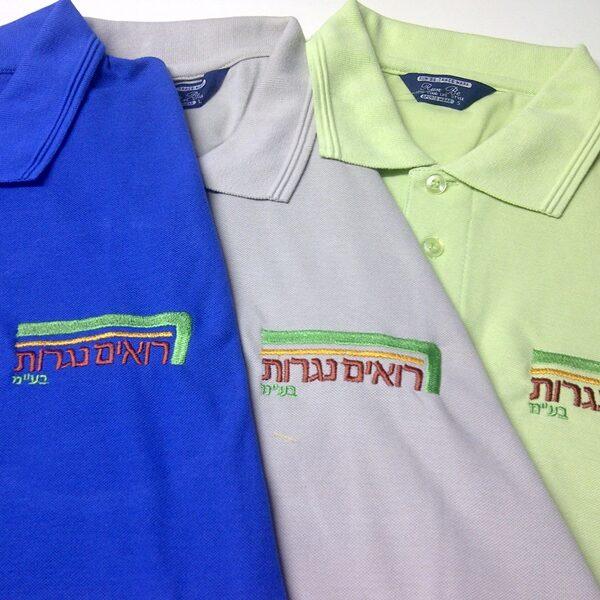 """קד""""מ ופרסום- רקמה על חולצות לחברת רואים נגרות"""