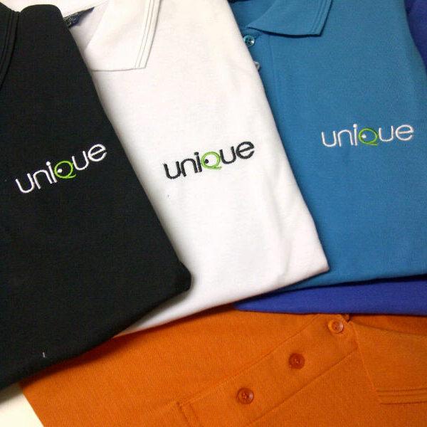 רקמה על חולצות פולו בצבעים