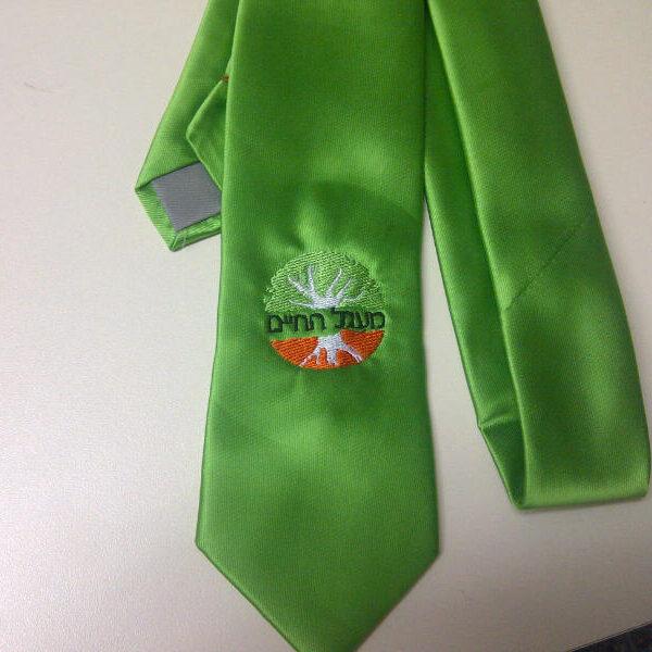 רקמה על עניבה ירוקה